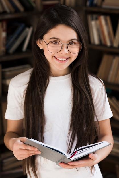 Ritratto di ragazza carina sorridente Foto Gratuite