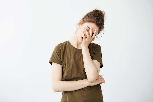 Ritratto di donna stanca annoiata scontenta con panino. Foto Gratuite