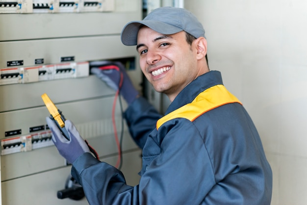 Portrait of an electrician at work Premium Photo