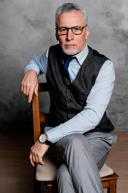 スーツを着ている肖像画のエレガントな老人 無料写真