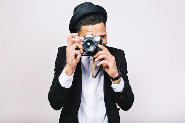 Портрет взволновал красивого парня в костюме, делая фото на камеру. весело, наслаждаясь путешествиями, туристом, изолированным, улыбающимся, счастьем. Бесплатные Фотографии