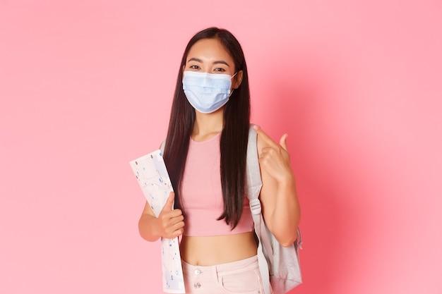 Ritratto espressivo giovane donna con mappa e maschera da portare Foto Gratuite