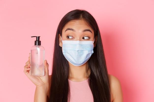 Ritratto espressivo giovane donna che indossa la maschera Foto Gratuite