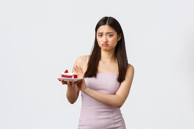 Giovane donna espressiva del ritratto con la torta Foto Gratuite
