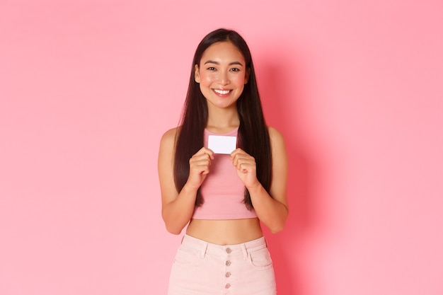 신용 카드와 세로 표현 젊은 여자 무료 사진