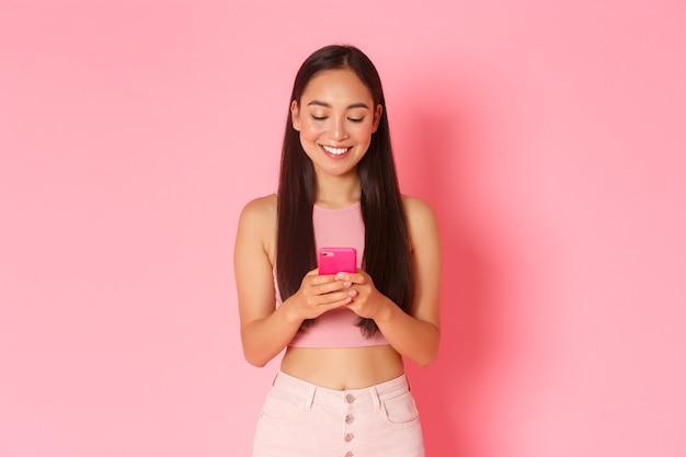 Giovane donna espressiva del ritratto con il cellulare Foto Gratuite
