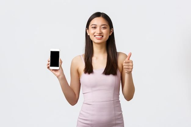 전화와 세로 표현 젊은 여자 무료 사진