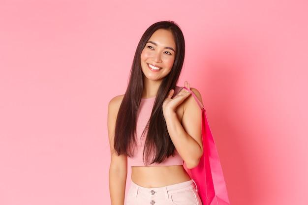 Giovane donna espressiva del ritratto con i sacchetti della spesa Foto Gratuite
