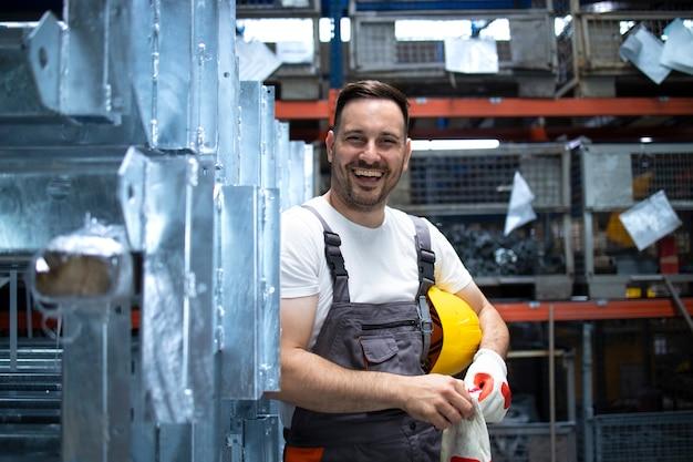 Ritratto di operaio di fabbrica in piedi nella sala di produzione in fabbrica Foto Gratuite