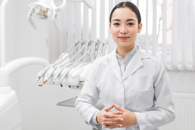 Portrait of female dentist Free Photo