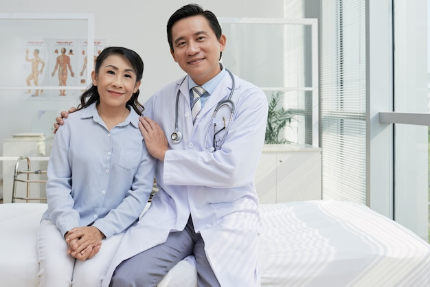 Portrait of friendly physician and his patient Free Photo