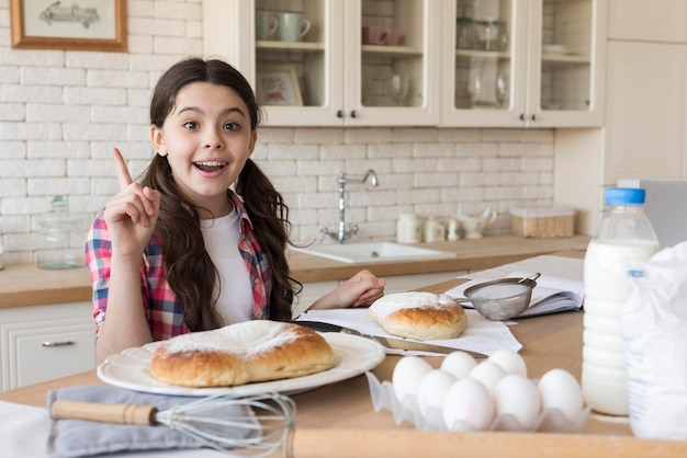 Портрет девушки на домашней кухне Бесплатные Фотографии