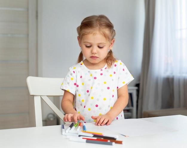 自宅での肖像画の女の子の描画 無料写真