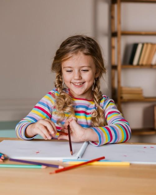 色鉛筆で絵を描く肖像画の女の子 無料写真