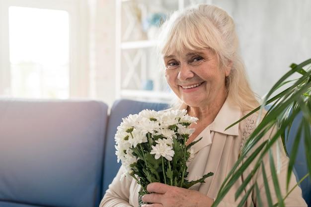 花の花束と祖母の肖像画 無料写真