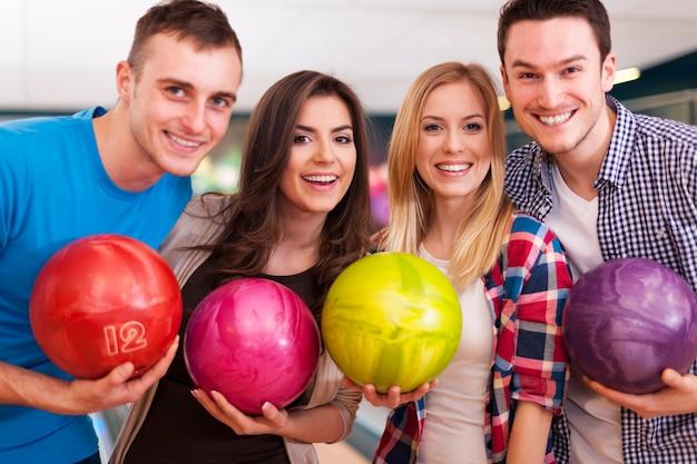 Ritratto di un gruppo di persone al bowling Foto Gratuite