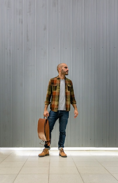 Portrait handsome man with backpack Free Photo