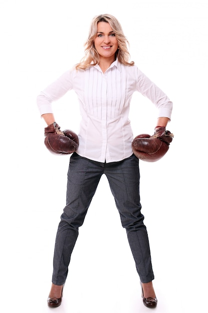 Ritratto di donna invecchiata felice con guantoni da boxe Foto Gratuite