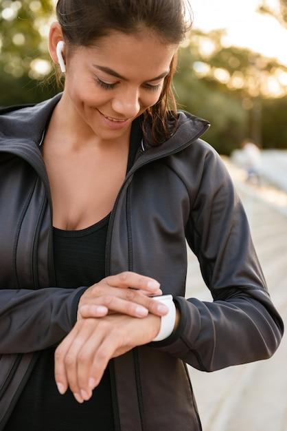 Kvinde kigger ned på sit garmin ur