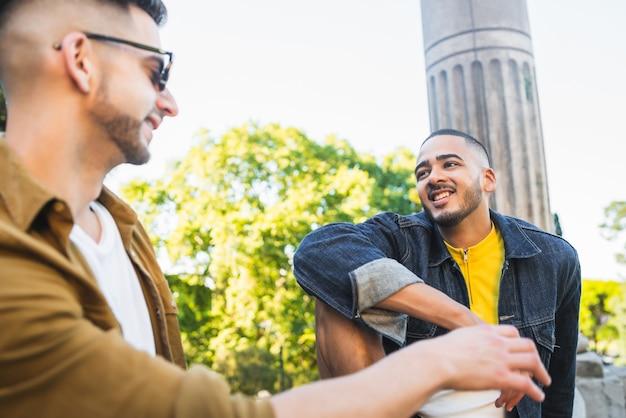 Ritratto di felice coppia gay trascorrere del tempo insieme e avere un appuntamento al parco. lgbt e concetto di amore. Foto Gratuite