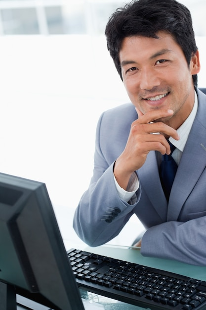 Portrait of a happy manager using a computer Premium Photo