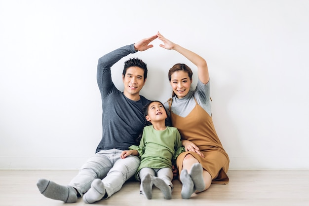 Portrait happy smiling asian family Premium Photo