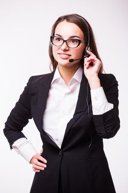 Ritratto di operatore telefonico di supporto allegro sorridente felice in cuffia, isolato sul muro bianco Foto Gratuite