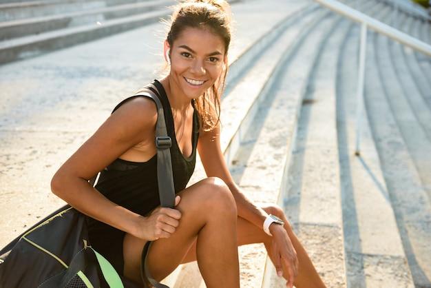 Kvinde glad efter løbetur med garmin