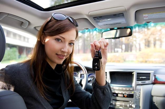 Ritratto di donna di successo felice con le chiavi della nuova automobile Foto Gratuite