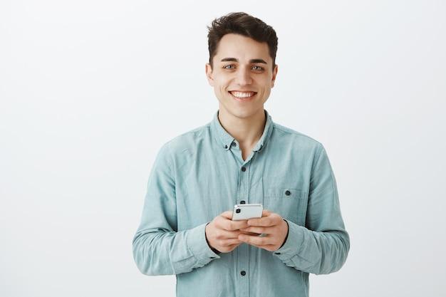 Ritratto di uomo europeo grato felice in camicia Foto Gratuite
