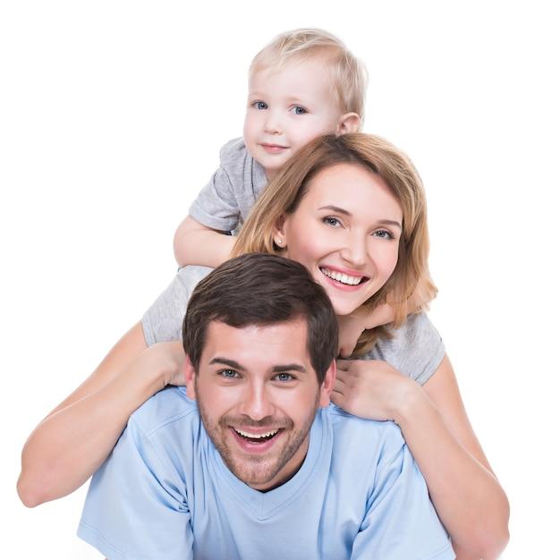 Ritratto di giovane famiglia felice con bambini sdraiato sul pavimento - isolato Foto Gratuite