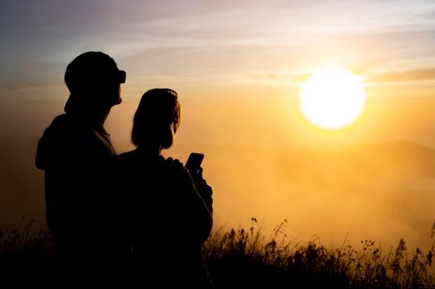 ポートレート。恋人たちは夜明けにバトゥール火山に寄り添います。バリ島インドネシア 無料写真