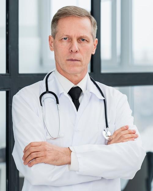 肖像画の男性医師 無料写真