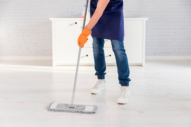 Portrait of man cleaning his house Free Photo