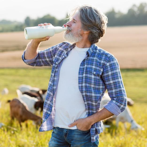 Портрет мужчины, пьющего козье молоко Бесплатные Фотографии