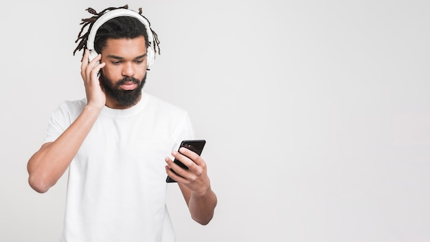 Portrait of a man listening to music Free Photo