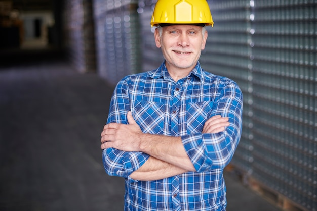 Ritratto di lavoratore manuale presso il magazzino Foto Gratuite
