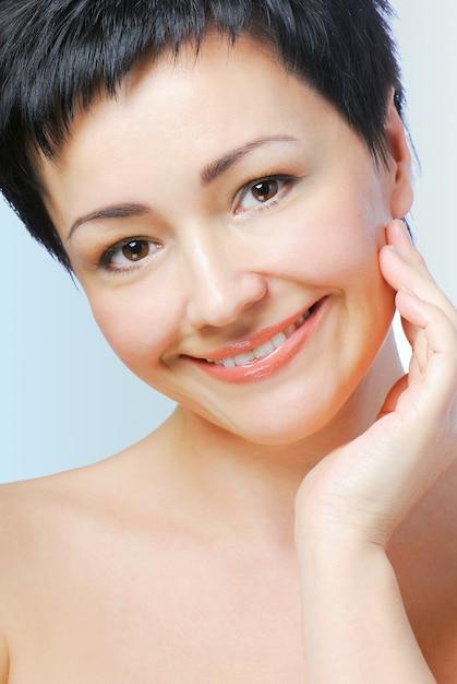 Ritratto di donna matura con la salute della pelle del viso Foto Gratuite