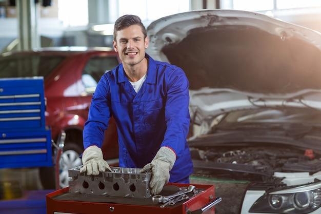 Ritratto del meccanico controllo a parti di automobili Foto Gratuite