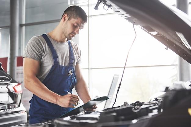 Ritratto di un meccanico al lavoro nel suo garage Foto Gratuite