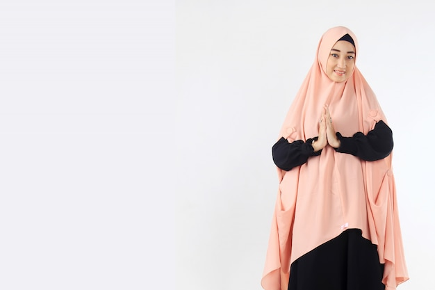 Portrait of muslim women giving sayings of ramadan Premium Photo