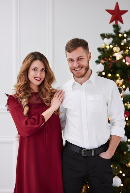 Ritratto di coppia elegante e abbracciata Foto Gratuite