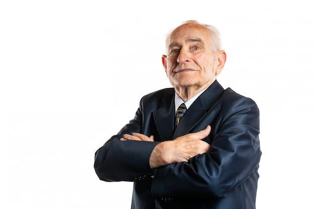 Портрет серьезного красивого старшего человека 90 лет с портретом скрещенных рук изолированного на белизне Premium Фотографии