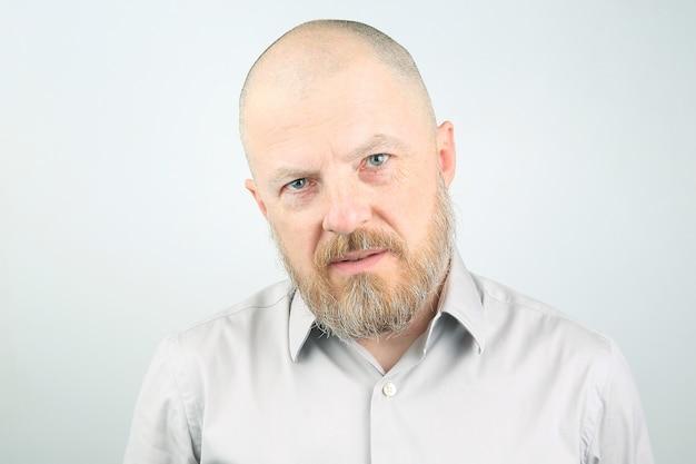 대머리와 수염 된 행복 한 남자의 초상화 프리미엄 사진