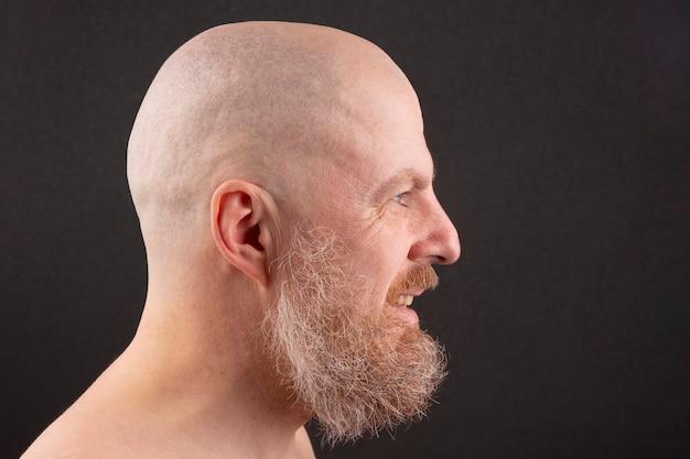 프로필에 수염과 대머리 남자의 초상화 프리미엄 사진