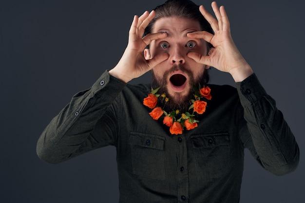 あごひげを生やした男の肖像ロマンス装飾ギフト暗い背景。高品質の写真 Premium写真