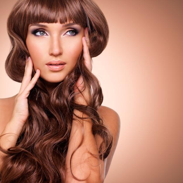 긴 붉은 머리를 가진 아름 다운 성인 여자의 초상화. 무료 사진