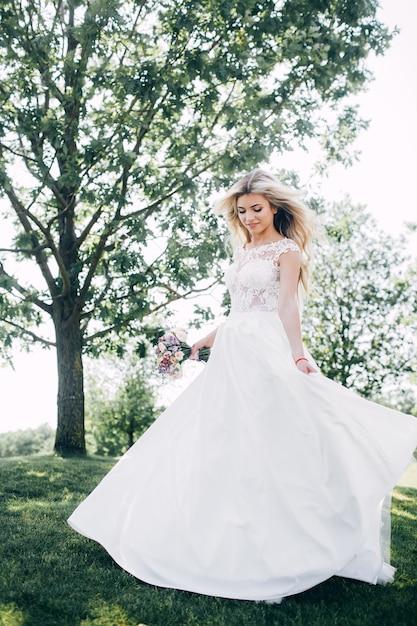 Портрет красивой невесты на природе Premium Фотографии