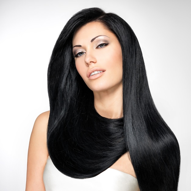 긴 직선 머리카락을 가진 아름 다운 갈색 머리 여자의 초상화 무료 사진