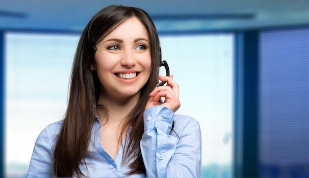 Портрет красивого представителя клиента на работе Premium Фотографии